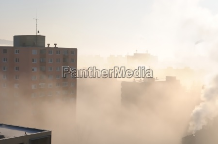 zona residenziale in nebbia e smog