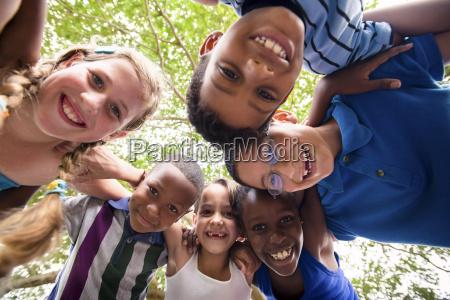 i bambini che abbracciano in cerchio