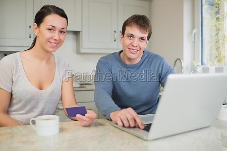 giovani coppie che acquistano in linea
