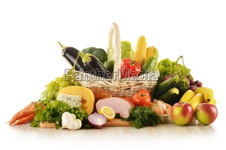 composizione con generi alimentari in cesto