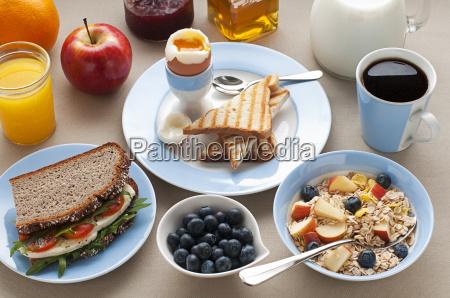colazione f