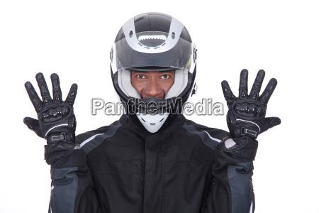 motociclista indossando giacca nera guanti e
