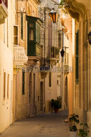 corsia vuota in una citta maltese