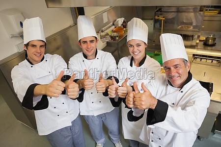 team di chef dando pollici in
