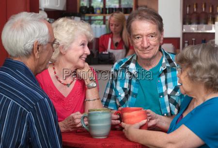adulti piu anziani in conversazione