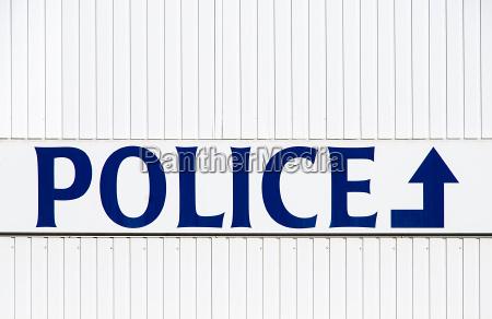 blu segnaletica inghilterra belgio poliziotto cittadina