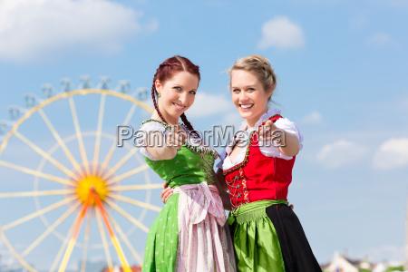 donne giovani al festival di primavera