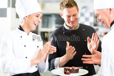 team di chef con il dessert