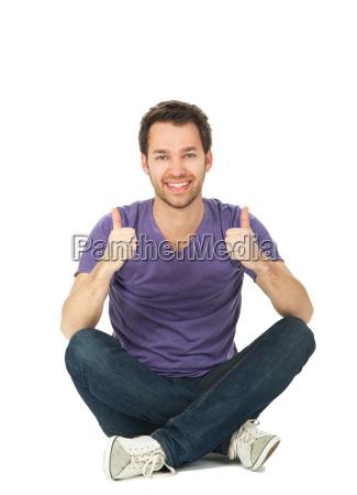 giovane uomo si siede