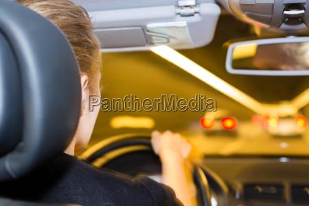giovane donna alla guida di un