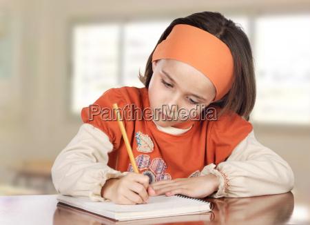 adorabile ragazza che studia