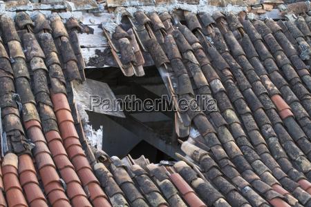 grande buco nel tetto di tegole