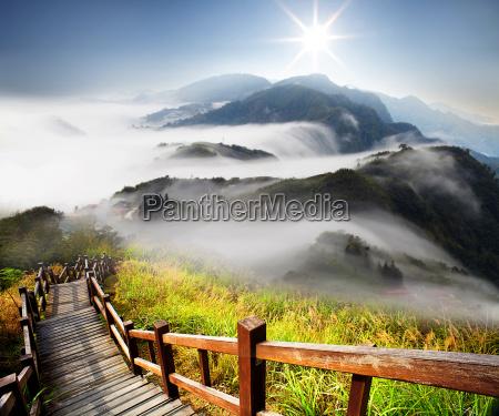 nubi drammatiche con la montagna