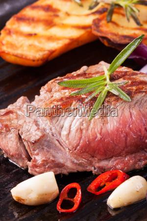 bistecca alla griglia in una teglia