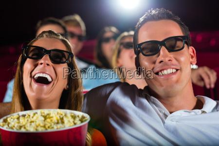 i giovani guardano un film in