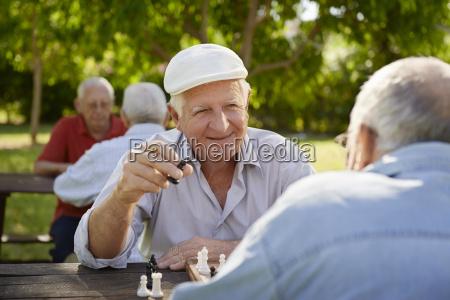 anziani pensionati attivi due vecchi che
