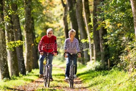 anziani fare sport con la bicicletta