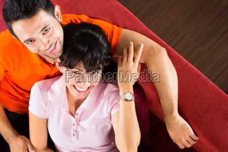 donna femminile virile mascolino osservare coppia