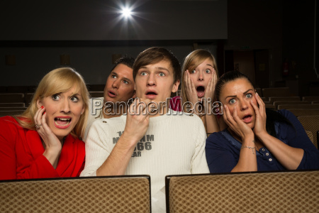 persone terrorizzate sono sedute al cinema
