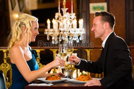 para na romantyczna randke w restauracji