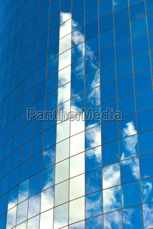 facciata di skyscraper con riflesso di