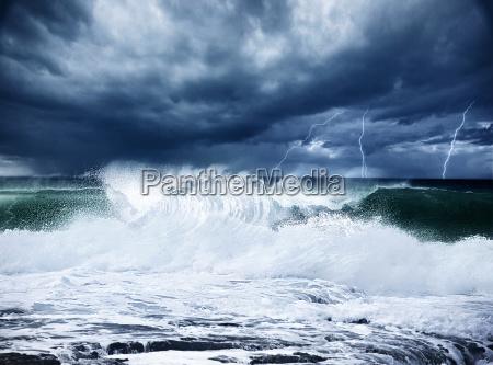 thunderstorm e lampo sulla spiaggia