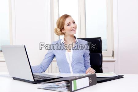 giovane donna bionda lavora in un