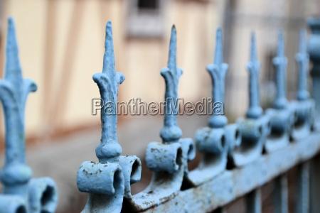 una recinzione di metallo di fronte