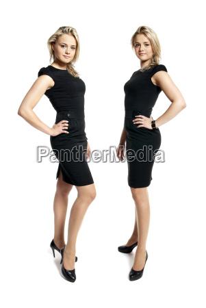 due giovani donne attraenti in un
