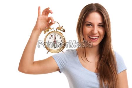 giovane donna caucasica con sveglia
