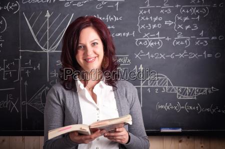 donna insegnante a scuola
