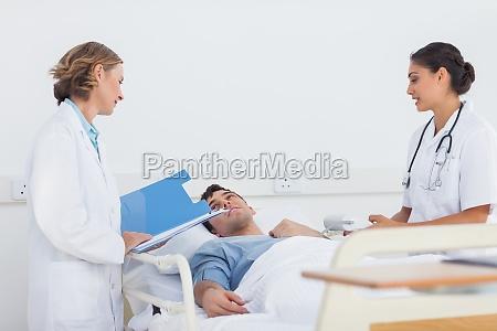 medici che spiegano i sintomi a