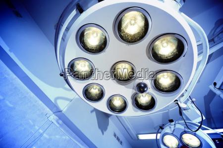 lampada chirurgica in sala operatoria