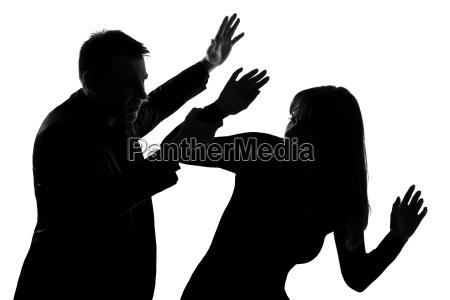 una coppia uomo e donna violenza