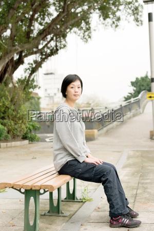 la donna si siede sul banco