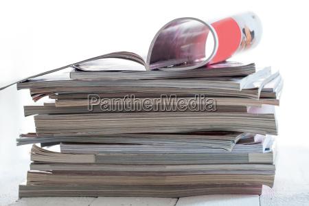 pila di riviste colorate su un