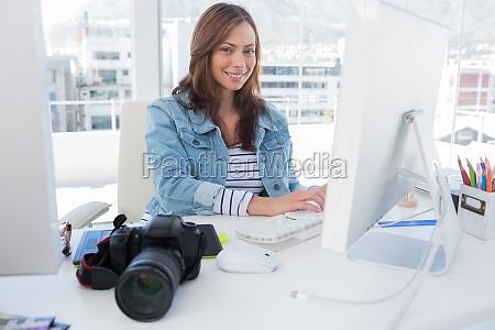 redattore di foto sorridente che lavora