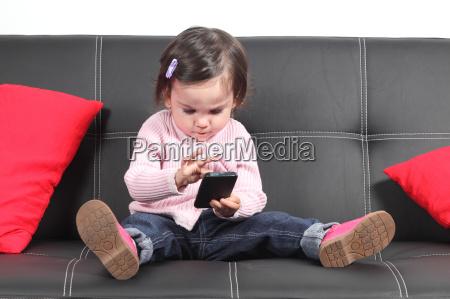 bambino casuale seduto su un divano