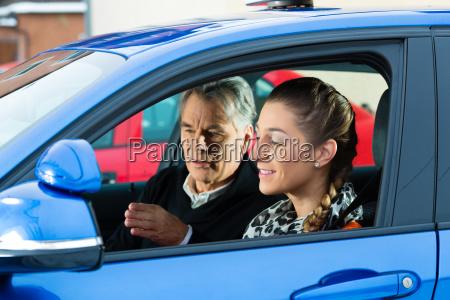 giovane donna in un auto scuola