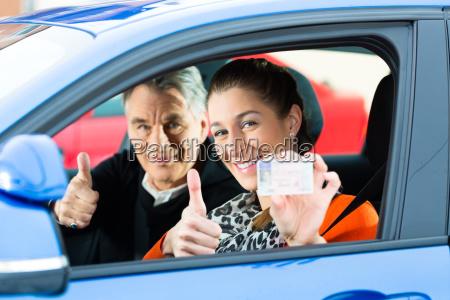veicolo autoscuola lezione di guida esame