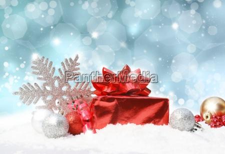 decorazioni natalizie su sfondo blu glitterato