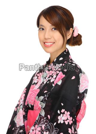 giovane donna che indossa kimono giapponese