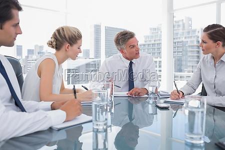 uomo daffari serio durante un incontro