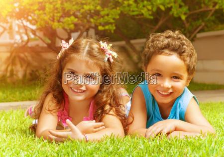 bambini felici su erba verde