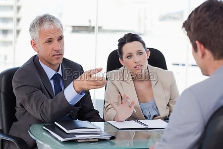 responsabili delle risorse umane che intervistano