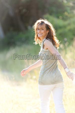 adulto felice donna che ride in