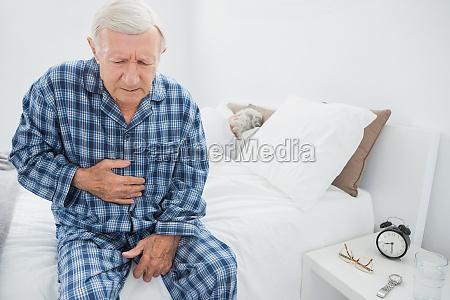 uomo invecchiato che soffre con il