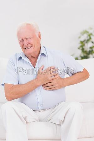 anziano che soffre di dolore al