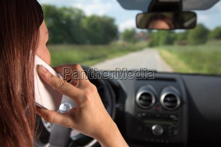 donna telefono guidare pericolo cellulare viaggio
