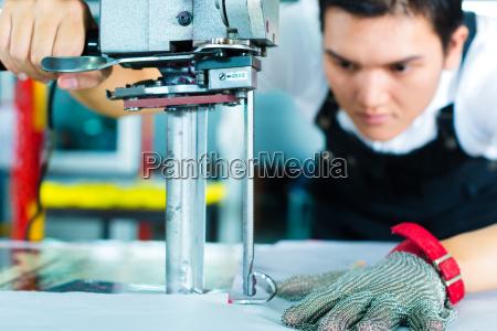 operai in una macchina in fabbrica